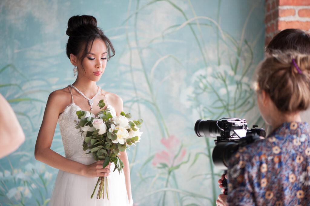 kamerzysta ślubny w akcji filmowania